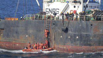 El momento en que efectivos de Prefectura abordan el barco infractor.