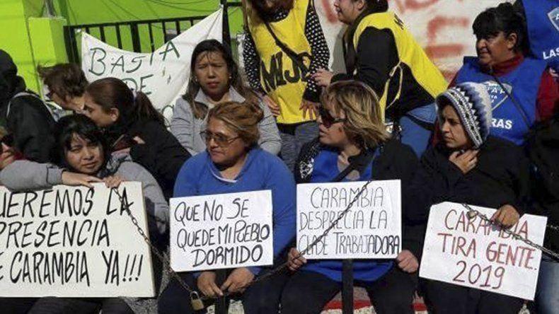 Cuatro mujeres que fueron despedidas en la municipalidad de Las Heras se encadenaron ayer frente al edificio central de esa comuna.