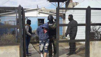Efectivos policiales de la División Fuerzas Especiales retiran al detenido junto a su pareja.