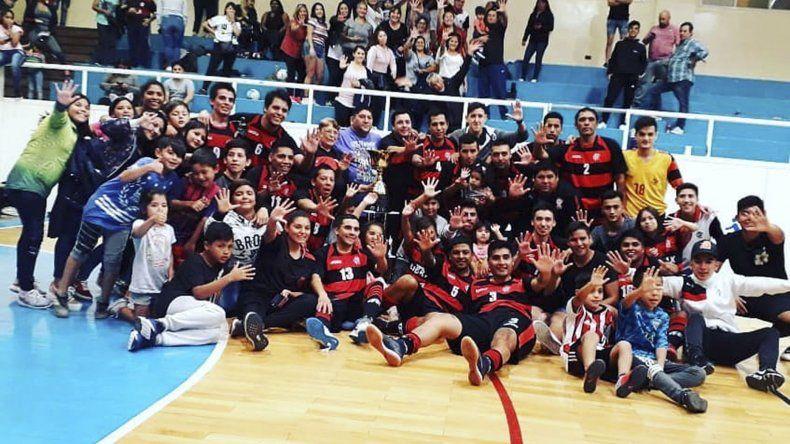La foto para la posteridad. El plantel de Flamengo con el 5 en la mano.