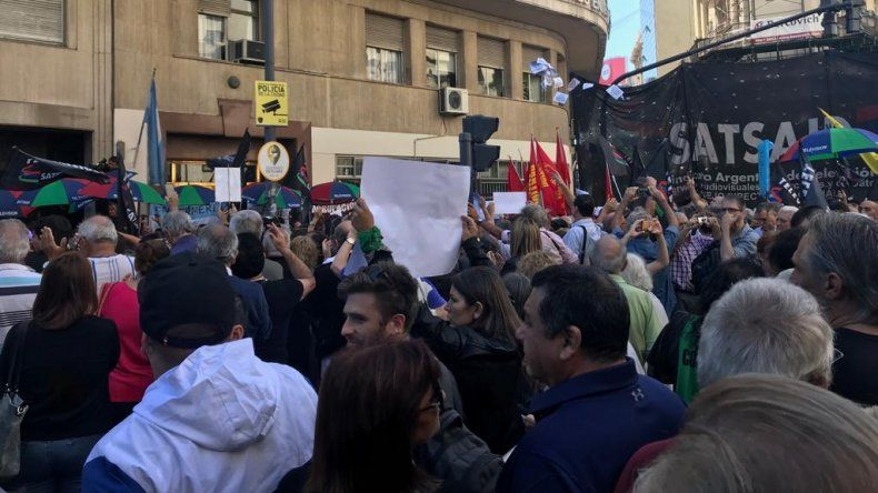 Multitudinaria marcha en apoyo a los trabajadores de C5N y M1