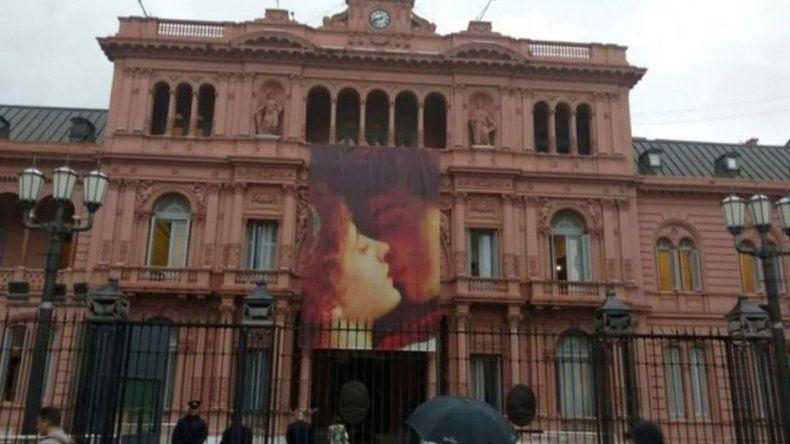 Polémica por el cartel para celebrar el Día de los Enamorados en Casa Rosada