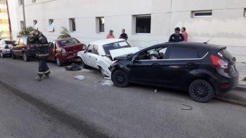 Chocó a cuatro autos estacionados: manejaba con 1