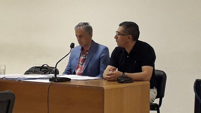 El exdelegado del IPV en Comodoro Rivadavia, Abel Reyna junto a su abogado defensor Guillermo Iglesias.