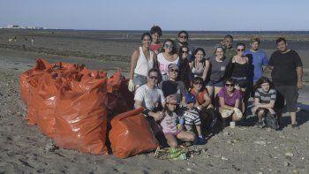 Un grupo de jóvenes budistas limpió la playa en el barrio Stella Maris.