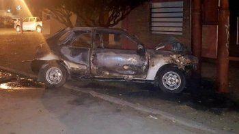 El auto impactó contra una columna metálica y se incendió, en tanto que el conductor, el cual habría sufrido un infarto previo, fue despedido del habitáculo.