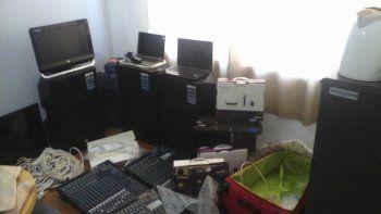 Los costosos elementos robados a la agrupación Pensar Santa Cruz estaban cuidadosamente acopiados en una de las habitaciones de la vivienda allanada.
