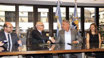 El gobernador Mariano Arcioni encabezó ayer la firma del convenio en Buenos Aires.