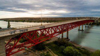 corte total de circulacion en el puente sobre rio santa cruz