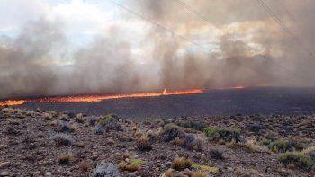 Más de 100 personas aún trabajan para controlar el incendio