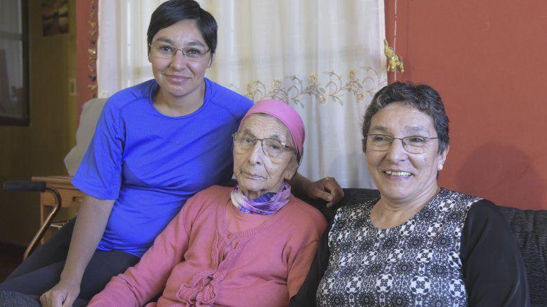 Gregoria Alcira Valdéz junto a su hija y a su nieta.