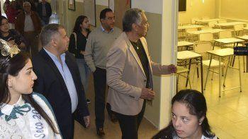 Luego del acto institucional, el presidente de la comisión de fomento, Jorge Soloaga y el director Regional Zona Norte del Consejo Provincial de Educación, Alejandro Maidana, recorrieron las instalaciones de la Escuela N° 23.