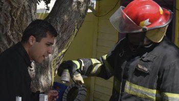 Un bombero muestra uno de los dos potes fumígenos que contenían un potente insecticida, de los cuales emanaba el gas tóxico que se confundió con el humo de un principio de incendio.