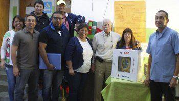 ■El médico laboral de la empresa petrolera, Oscar Licciardi, junto al jefe de Relaciones Públicas, Jorge Bonahora, visitaron el Centro de Salud del barrio Mar del Plata para concretar el donativo.