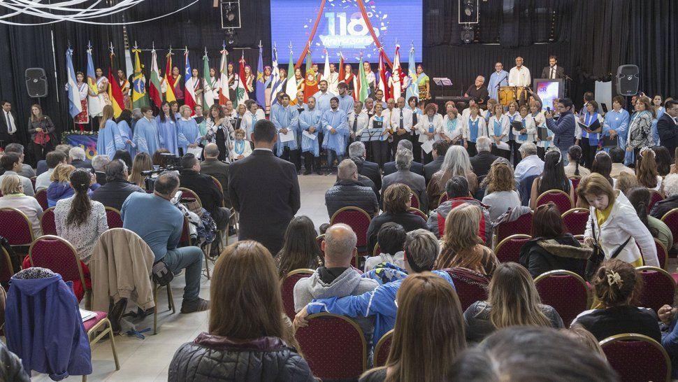 El acto central que se desarrolló en el Centro Cultural ayer cerca del mediodía por el 118° aniversario de Comodoro Rivadavia.