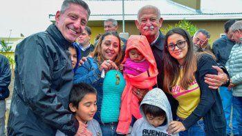 Arcioni entregó viviendas en Sarmiento