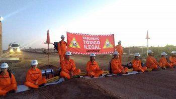 Greenpeace protesta en una planta de residuos petroleros