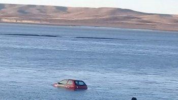 un auto aparecio completamente tapado por agua