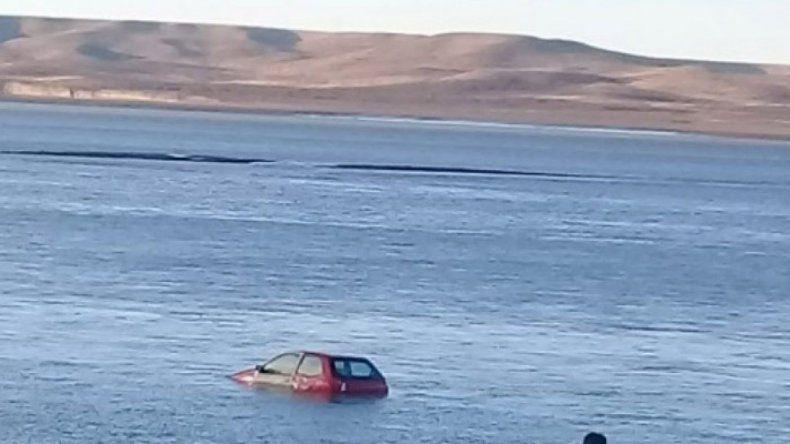 Un auto apareció completamente tapado por agua