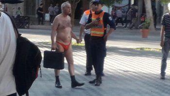 Salió a protestar en tanga y terminó detenido