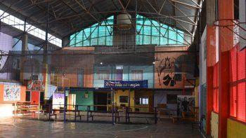 En el interior del galpón, además de un espacio para deportes, hay oficinas y varias dependencias para actividades culturales.