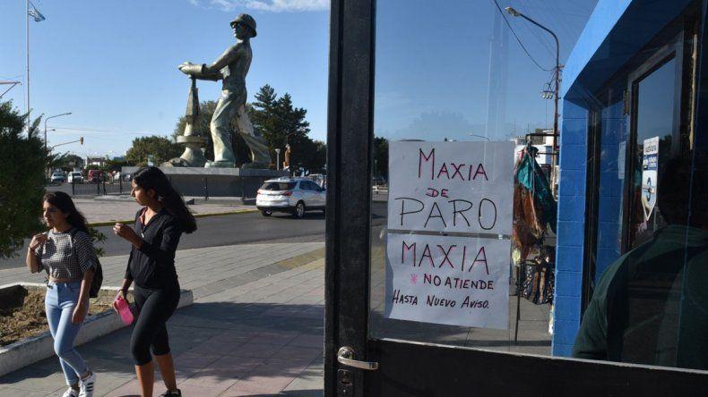 En uno de los sitios de carga de tarjetas magnéticas se observaban carteles dando cuenta del paro en la empresa de colectivos urbanos.