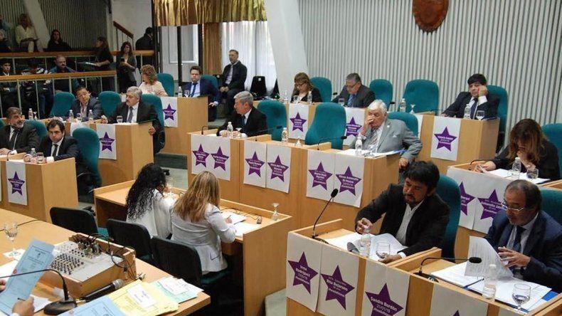 En la sesión ordinaria celebrada ayer se colocaron estrellas violetas en los frentes de las bancas con los nombres de mujeres de todo el país fue fueron víctimas de femicidios.