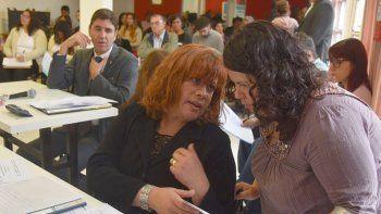 La concejal Elizabeth Jara recibe el petitorio del colectivo de mujeres de manos de una de sus voceras, Vanesa Costancio.