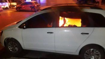 un auto quedo destruido tras incendio que habria sido intencional