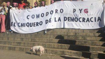 Un grupo de manifestantes expresó lo que piensa de la justicia que se imparte desde los tribunales federales de Comodoro Py.