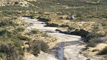 El derrame escurrió por superficie unos 50 metros hasta alcanzar un brazo del arroyo Belgrano.