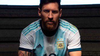 la seleccion argentina presento su nueva camiseta