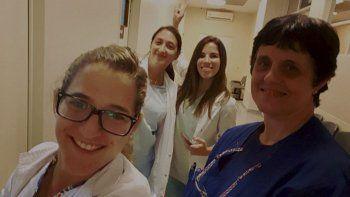 Paulita con sus compañeras de Traumatología en el Hospital de San Isidro. Entra a las 7 y se va a las 17. Luego le queda todo el entrenamiento.