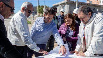 El viceintendente Juan Pablo Luque recorrió las obras de pavimento y cordón cuneta en los barrios Sismográfica y Próspero Palazzo.