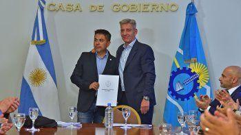 El gobernador Mariano Arcioni durante la entrega de subsidios del Gobierno provincial a las asociaciones de Bomberos Voluntarios.