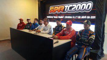 Los siete pilotos del Super TC2000 junto al director deportivo de Auto Sports SA durante la presentación de la primera fecha.