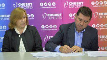 Funcionarios de Chubut Deportes y de las universidades en la firma del convenio.