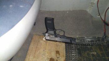 conducia de forma sospechosa, tenia un arma de fuego y fue detenido