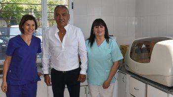 Luego de la presentación de obras, Jorge Soloaga recorrió con profesionales del Centro de Salud varias dependencias, entre ellas el laboratorio de análisis.