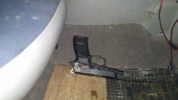 le secuestran un arma a un conductor