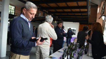 El gobernador Mariano Arcioni aprecia la calidad de los vinos elaborados en Sarmiento.