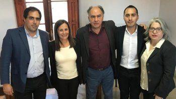 Mario Cafiero (centro), presidente del Instituto que lleva su apellido, junto a referentes de Comodoro Rivadavia y Caleta Olivia, entre ellos Maximiliano Sampaoli, Mario Chicahuala y Leticia Vázquez.