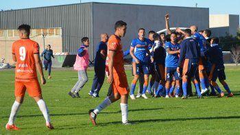 Los jugadores de la CAI festejan la agónica victoria ayer en el estadio municipal ante J.J. Moreno de Puerto Madryn y todavía sueñan con la clasificación.