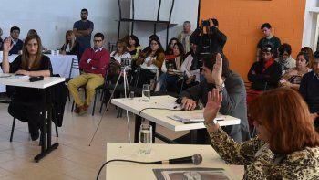 Exactamente a las 13:28 de ayer, en sesión extraordinaria, Liliana Andrade, Pablo Calicate, Elizabeth Jara y Javier Aybar aprobaron la suspensión de Rubén Martínez y de cuatro de sus colaboradores.