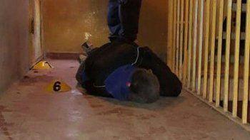 Quevedo fue abatido en el primer piso del edificio 64 frente al departamento H. La Policía sostiene que había disparos que pegaron en la pared desde distintas direcciones.