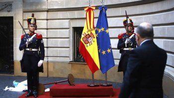 la bandera argentina se cayo en la recepcion al rey de espana