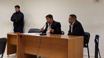 Adrián Currulef junto a su abogado defensor Daniel Fuentes.