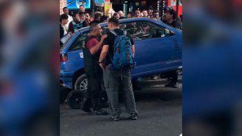 Se atrincheró en su auto para que la grúa no se lo lleve
