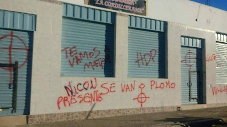 La panadería La Cordillerana amaneció ayer con pintadas que amenazan de muerte a su dueño.