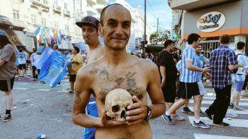 Un hincha llevó el cráneo de su abuelo a los festejos de Racing